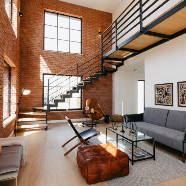 Lisa Treusch Fotografie Mainz Immobilien Fotografie Maisonette Wohnung mit Blick auf das Sofa und den Treppenaufgang zur Galerie